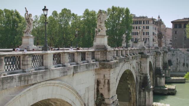 ws r/r people on ponte sant'angelo bridge / rome, italy - サンタンジェロ橋点の映像素材/bロール