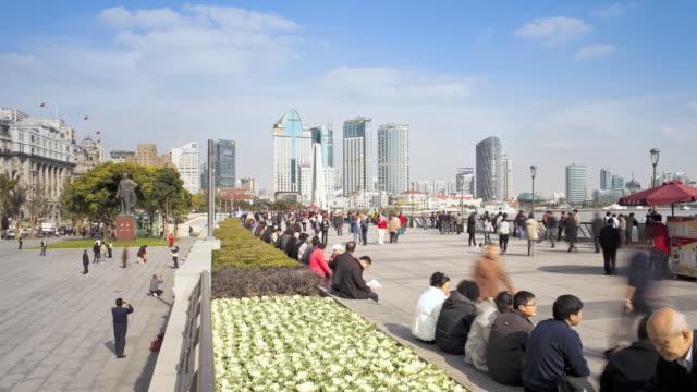 ws t/l people on promenade near huangpu river / shanghai, china - figura maschile video stock e b–roll