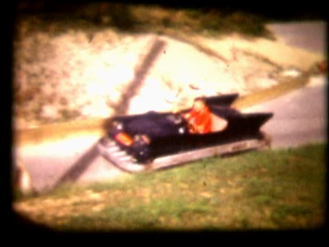 vídeos de stock e filmes b-roll de people on rides at an amusement park8mm home movie of child in amusement race car - vinheta