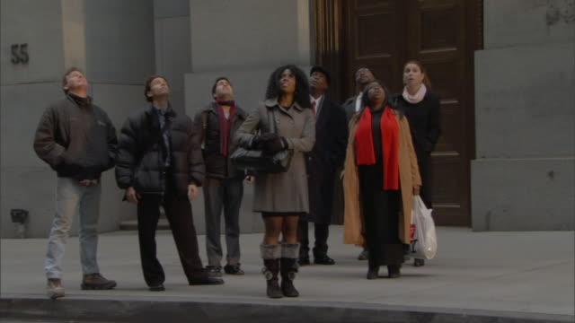 vídeos de stock, filmes e b-roll de ws people on sidewalk looking up and pointing / manhattan, new york, usa - surpresa