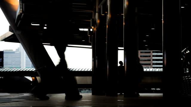 vídeos y material grabado en eventos de stock de personas en un puente peatonal - menos de diez segundos
