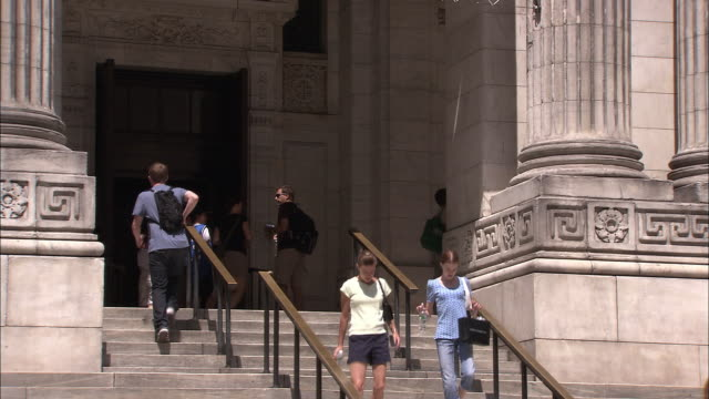 vidéos et rushes de ms, people on steps of new york public library, new york city, new york, usa - style néoclassique