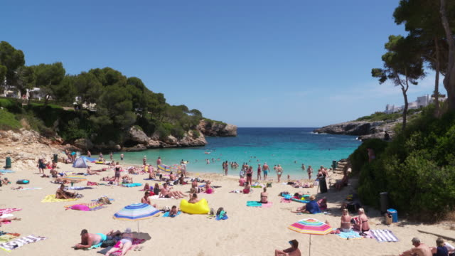 stockvideo's en b-roll-footage met people on the beach cala esmeralda. cala esmeralda, santanyi, majorca, balearic islands, spain, mediterranean, europe. - grote groep mensen
