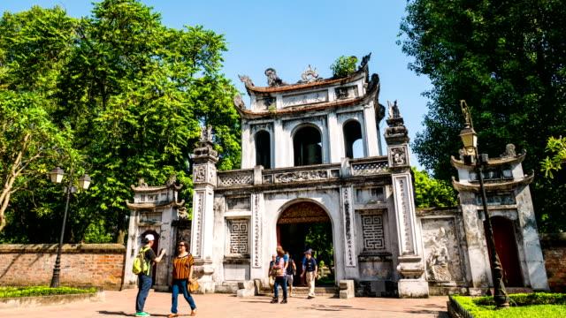 stockvideo's en b-roll-footage met mensen op de ingang van chinese tempel, vietnam, time lapse - vietnam