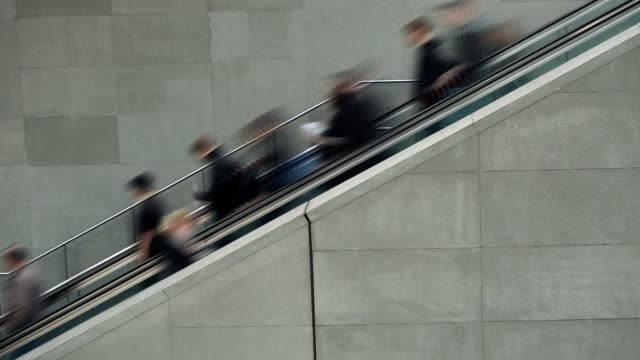 personen auf rolltreppe-zeitraffer - rolltreppe stock-videos und b-roll-filmmaterial