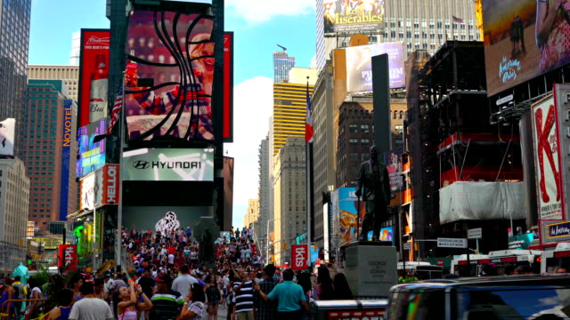 people on time square - quadratisch komposition stock-videos und b-roll-filmmaterial