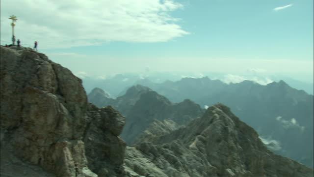 vídeos de stock, filmes e b-roll de ws pan people on zugspitze mountain peak, bavaria, germany - montanha zugspitze