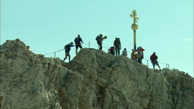 vídeos de stock, filmes e b-roll de ms la people on zugspitze mountain peak, bavaria, germany - montanha zugspitze