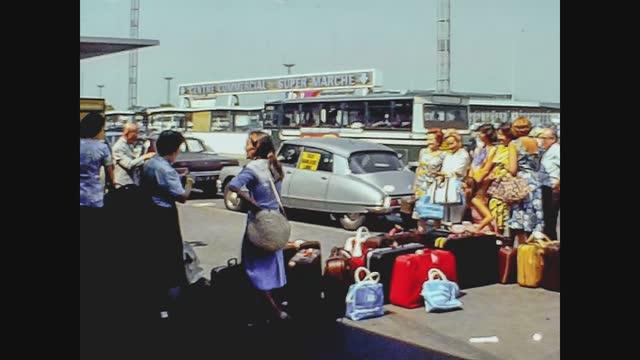 vidéos et rushes de people out of paris airport in 70's - passager