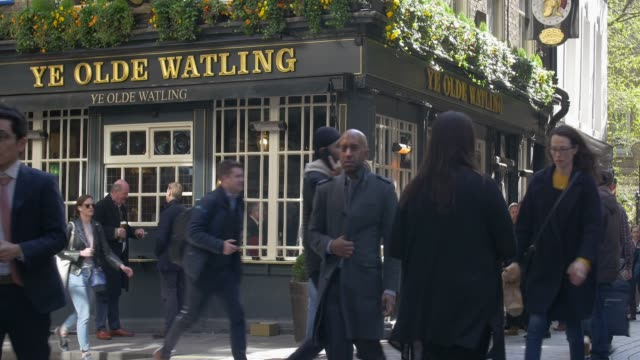 people outside a traditional pub in the city of london.watling street. - bar video stock e b–roll