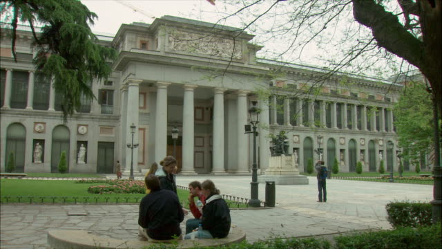 vídeos de stock e filmes b-roll de ws people outside prado museum, madrid, spain - prado