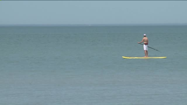 wgn people paddle boarding on lake michigan on june 18 2013 in chicago illinois - seeufer stock-videos und b-roll-filmmaterial