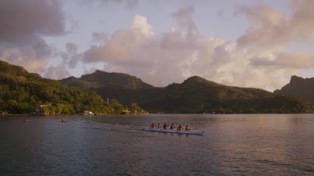 vídeos de stock e filmes b-roll de people paddling a canoe on the ocean - ilhas do pacífico