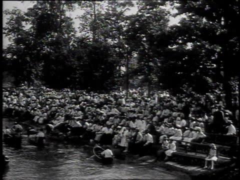 1915 ws people paddling canoes in belle isle park / detroit, michigan, united states - 1915年点の映像素材/bロール