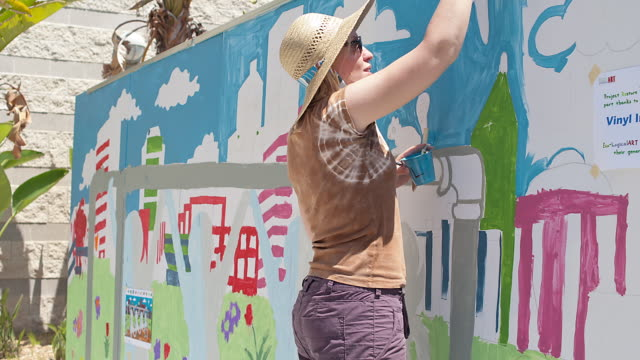 T/L MS People painting a mural outside / Los Angeles, California, USA