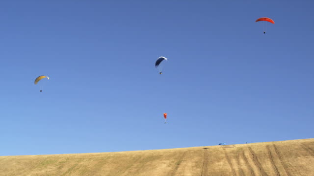 ws people paragliding mid-air / lehi, utah, usa. - lehi stock videos & royalty-free footage