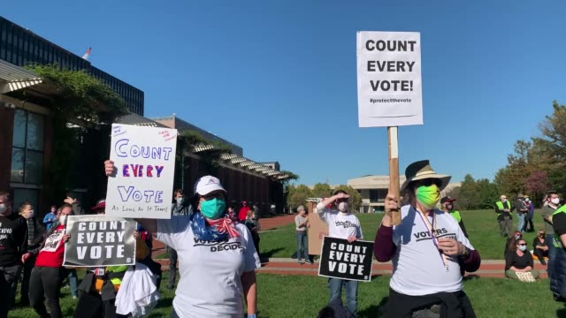 vidéos et rushes de people participate in a protest in support of counting all votes as the election in pennsylvania is still unresolved on november 04, 2020 in... - décompte