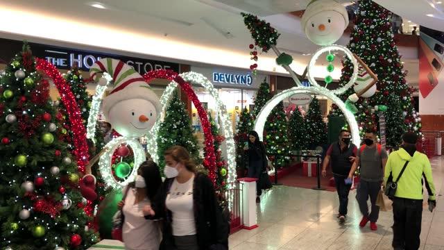 people pass by christmas decorations installed in a shopping center on december 17, 2020 in mexico city, mexico. mexico city is suspending... - julglitter bildbanksvideor och videomaterial från bakom kulisserna