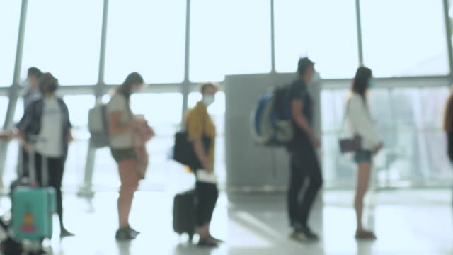 保護マスクを着用した乗客は、ルールの社会的離散に従い、列に並んで待ちます - passenger点の映像素材/bロール