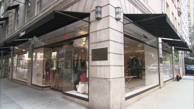 vidéos et rushes de ms, people passing by chloe store, madison avenue, new york city, new york, usa - coin