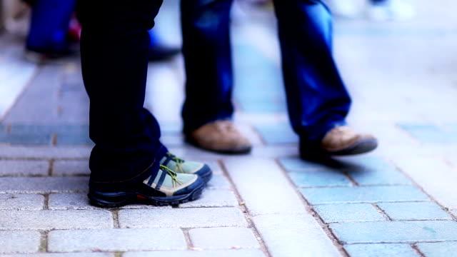 vidéos et rushes de hd: personnes passent par le passage pour piétons au ralenti - voie pédestre
