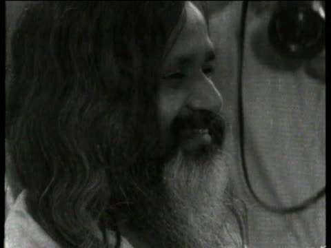 vídeos de stock e filmes b-roll de people passing through the ticket barrier at paddington station maharishi mahesh yogi at station with bunch of flowers smiling and wearing a white... - the beatles