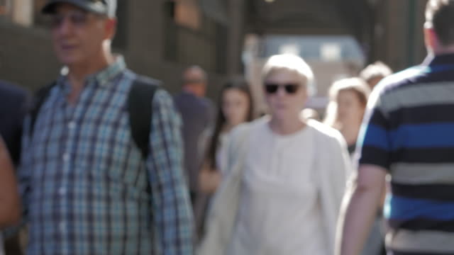 stockvideo's en b-roll-footage met people passing - sunny