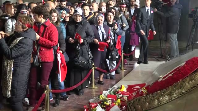 vídeos y material grabado en eventos de stock de people pay respect in front of mausoleum of mustafa kemal ataturk who is founder of the republic of turkey during the 78th anniversary of his death... - aniversario