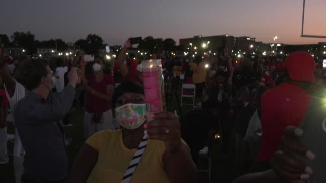 people pay their last respects to george floyd during a candlelight vigil at his former high school in houston - gedenkveranstaltung stock-videos und b-roll-filmmaterial