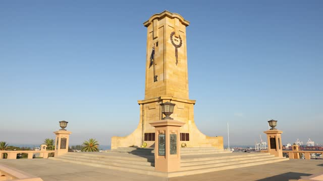 people pay their respects at the fremantle war memorial on april 25, 2021 in perth, australia. anzac day is a national holiday in australia,... - フリーマントル点の映像素材/bロール