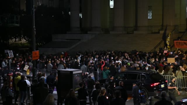 people pay their respects to late u.s. supreme court justice ruth bader ginsburg outside the new york county supreme court building in manhattan on... - new age stock-videos und b-roll-filmmaterial