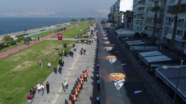 people pay their respects to mustafa kemal ataturk who is founder of the republic of turkey, by carrying a 350-meter-long banner depicting him during... - ムスタファ ケマル アタテュルク点の映像素材/bロール