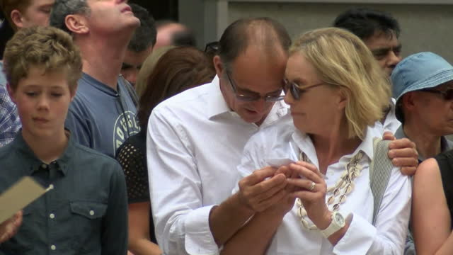 people pay their respects to the victims of the sydney siege shows exterior shots of friends and families of the victims laying flowers at the... - bankräuber stock-videos und b-roll-filmmaterial