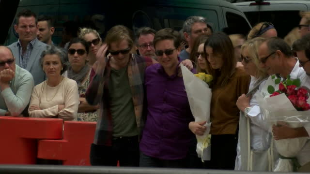 vidéos et rushes de people pay their respects to those lost during the siege. shows exterior shots of families of the victims laying flowers on december 16, 2014 in... - braqueur de banque