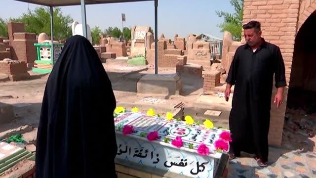vídeos de stock e filmes b-roll de people pay tribute at the grave of slain model and instagram starlet tara fares in iraq's central holy shrine city of najaf - najaf