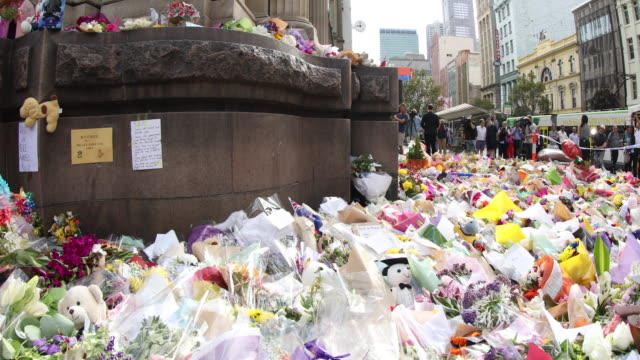 people pay tribute leaving flowers at a temporary memorial on bourke street mall on january 23 2017 in melbourne australia five people including an... - monumento commemorativo temporaneo video stock e b–roll