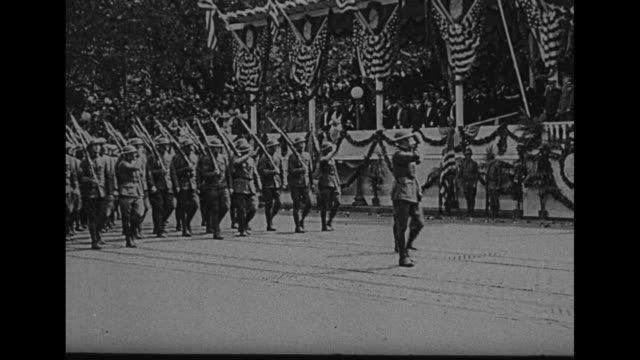 people perched atop rooftops with washington monument in distance and pan down to soldiers, horse-drawn caissons, and tanks in parade / vs soldiers... - wwi tank stock videos & royalty-free footage