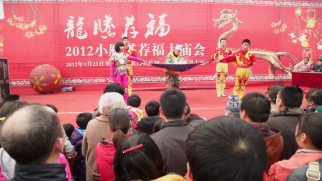 ms people perform magic at temple fair to celebrate chinese spring festival audio / xi'an, shaanxi, china - zauberer darstellender künstler stock-videos und b-roll-filmmaterial