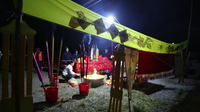vídeos de stock, filmes e b-roll de people perform to pray for blessings on the fishing opening day at dian lake on october 16 2019 in kunming yunnan province of china - yunnan province