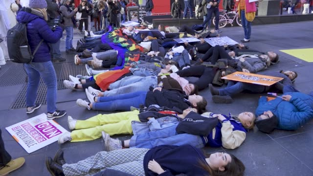 people performing a die-in . activist from gays for guns , organizers of march for our lives new york, and high school students from thousand oaks... - march for our lives stock videos & royalty-free footage