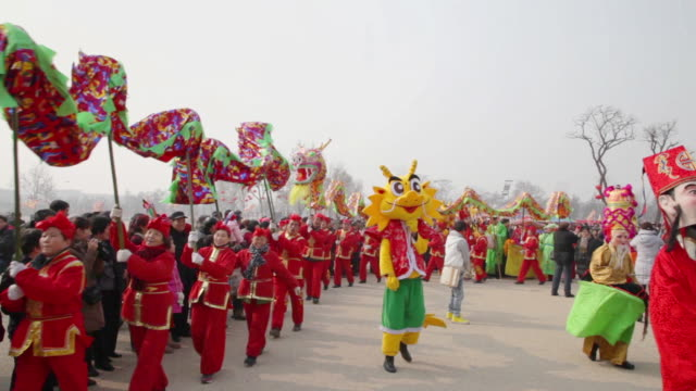 vídeos y material grabado en eventos de stock de ws people performing dragon dance and folk art at temple fair to celebrate chinese spring festival audio / xi'an, shaanxi, china - dragon chino