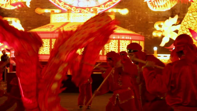 ms td zo people performing dragon dance at city wall new year lantern festival  audio  / xi'an, shaanxi, china - 中国文化点の映像素材/bロール