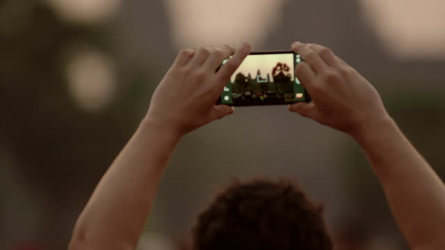 vidéos et rushes de people photographing sun rising above angkor wat - photophone