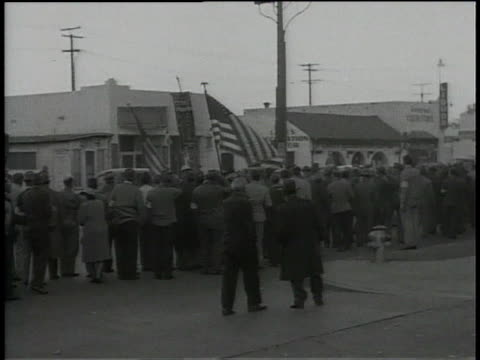 1945 pan people picketing during warner brothers strike - 1940~1949年点の映像素材/bロール