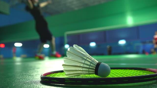 vídeos de stock, filmes e b-roll de pessoas jogam badminton - badmínton esporte