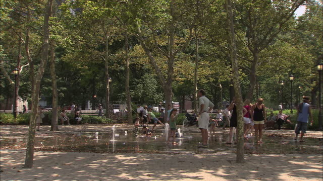 ws, people playing at battery park fountain, new york city, new york, usa - barfuß stock-videos und b-roll-filmmaterial