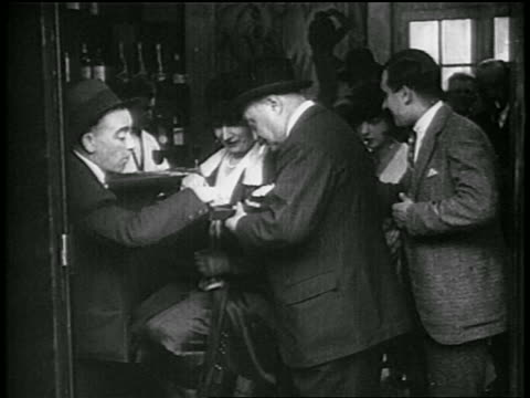 vídeos de stock, filmes e b-roll de b/w 1930 people playing dice smoking in speakeasy / prohibition / newsreel - jogo da sorte