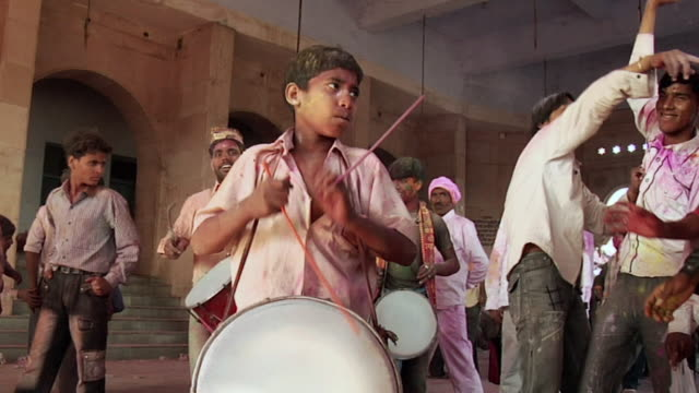 stockvideo's en b-roll-footage met ms zi people playing musical instruments in holi at radha rani temple, barsana / mathura, uttar pradesh, india - holi phagwa