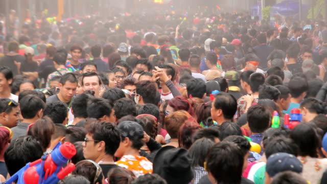 persone giocare acqua nel festival songkran - adulazione video stock e b–roll