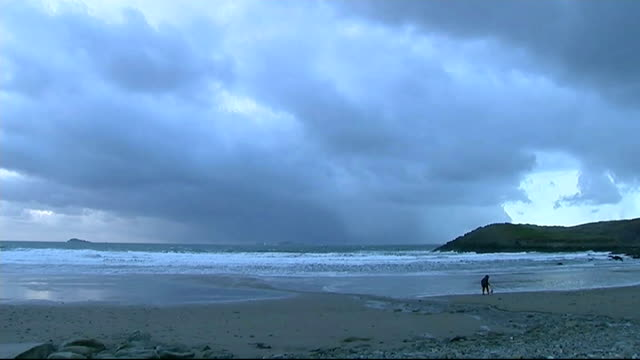 vídeos y material grabado en eventos de stock de 'people power' victory in campaign to save st davids secondary school wales pembrokeshire st davids ext wide shot of winter beach with storm clouds... - pembrokeshire